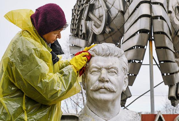 Жители города участвуют в акции «Головомойка» в парке «Музеон» во время общегородского субботника в Москве