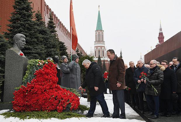 Церемония возложения венков и цветов к месту захоронения Сталина у Кремлевской стены