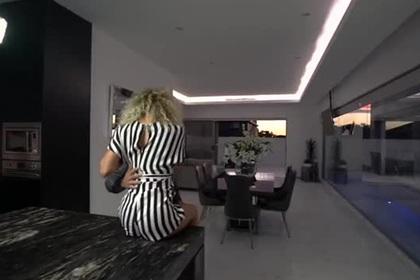 «Слишком сексуальная» реклама недвижимости озадачила зрителей