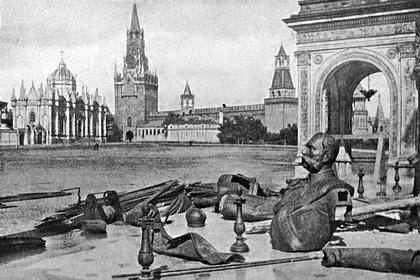Фрагменты памятника Александру II в Кремле после его разрушения в 1918 году. Слева от Спасской башни — церковь святой Екатерины Вознесенского монастыря, взорванная в 1929 году