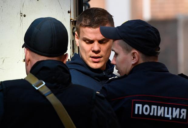 Футболист Александр Кокорин, обвиняемый в хулиганстве и побоях, у здания Пресненского суда Москвы