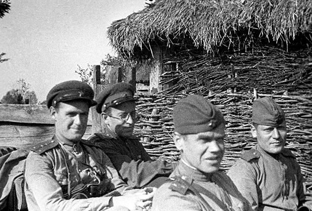 Писатель Василий Семенович Гроссман (второй слева) с фронтовыми товарищами, июнь 1943 года