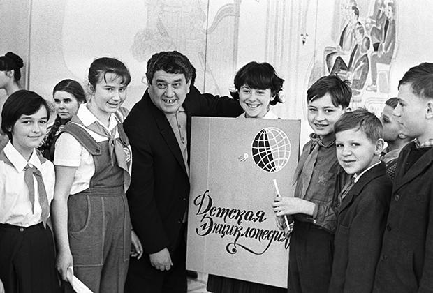 Детский писатель Виктор Драгунский среди юных читателей