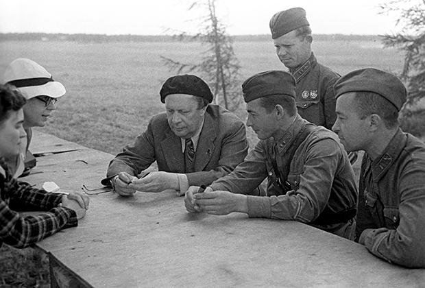Писатель Алексей Толстой на встрече с летчиками, защитниками Одессы, 1941 год