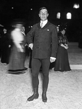 Легендарный швед Ульрих Сальхов не только доминировал в спорте в начале XX века и изобрел названный в его честь прыжок, но и первым начал использовать костюм для того, чтобы подчеркнуть свои преимущества и скрыть недостатки.