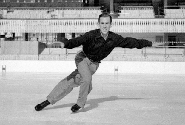 Несмотря на то что в 1950-е годы соревнования все еще проводились на открытом воздухе, фигуристы начали отказываться от теплой, но тяжелой верхней одежды. На фото триумфатор игр в Кортина-д'Ампеццо 1956 года американец Хейз Алан Дженкинс, выступавший в одной рубашке.