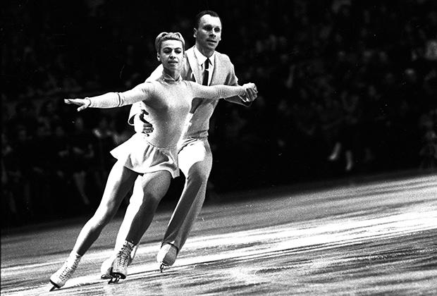 Одна из сильнейших пар в истории спорта и образец строгой классики костюмов для фигурного катания —Людмила Белоусова и Олег Протопопов. Советские фигуристы стали двукратными чемпионами игр в Инсбруке в 1964 году и в Гренобле в 1968 году.