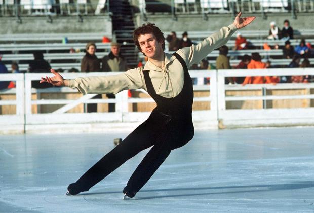 Одним из первых одиночников, кто позволил себе немного свободы во внешнем виде, был британец Джон Карри. Это не помешало ему стать чемпионом Олимпийских игр в Инсбруке в 1976 году.