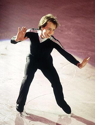 Костюмы Скотта Хэмильтона из США отличались минимализмом —минимум цветов, минимум декора и никаких вырезов. Простотой одежды фигурист старался подчеркнуть атлетизм своего катания. План сработал — американец одержал победу на играх в Сараево в 1984 году.