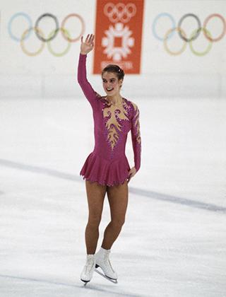 На Олимпийских играх в Сараево представительница ГДР Катарина Витт еще выглядела достаточно скромно. Спустя четыре года ее наряд едва прикрывал бедра и ягодицы, что и привело к введению в спорте дресс-кода. Оба раза немка становилась олимпийской чемпионкой.