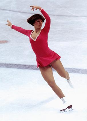 Чемпион игр 1976 года в Инсбруке Дороти Хэмилл была образцом скромности, что не мешало американцам обожать ее и копировать ее прически. А вот платья Хэмилл были простоваты для яркой моды 1970-х.