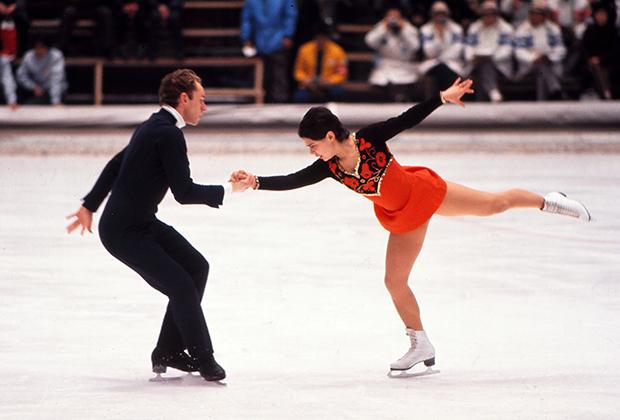 Алексей Уланов и Ирина Роднина вывели фигурное катание на новый уровень не только с точки зрения исполнения, но и внешнего вида. На фоне скромных платьев американских одиночниц яркие наряды с национальными мотивами советской спортсменки выглядели революционно. На фото Олимпийские игры в Саппоро в 1972 году.