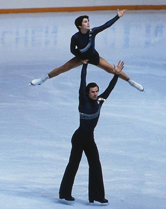 В сезоне 1980-го года Роднина и ее новый партнер Александр Зайцев выступали в костюмах, которые зеркально отражали друг друга. Сезон завершился триумфально — победами на Олимпиаде и чемпионате Европы (на фото).