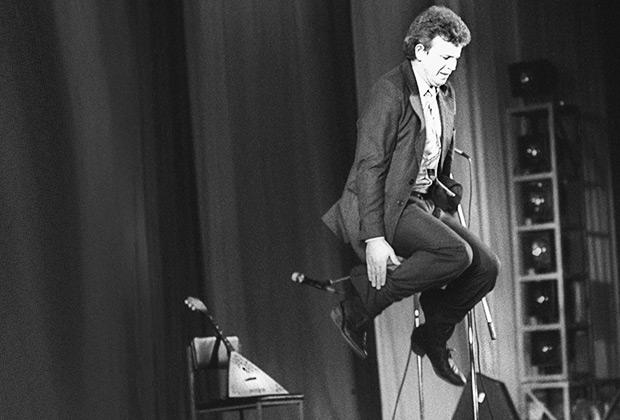 Михаил Евдокимов выступает на концерте, посвященном 65-й годовщине со дня рождения Владимира Высоцкого