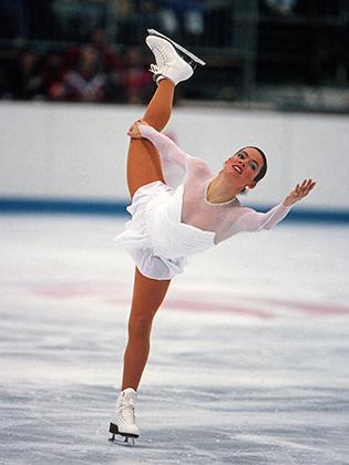 Вера Вонг —едва ли не единственный дизайнер из мира высокой моды, который создавал платья и костюмы для фигуристок. Первым опытом для Вонг стало сотрудничество с Нэнси Керриган — двукратной призеркой Олимпиады в 1992 и 1994 годах. Платье Керриган в Альбервиле в 1992 году напоминало о легендарных свадебных платьях Вонг.