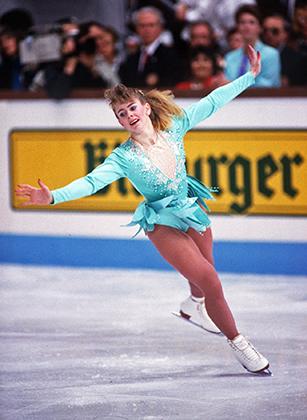Тоня Хардинг стала известна не только благодаря многочисленным победам в чемпионате США, второму месту на чемпионате мира, а также многочисленными выходками на соревнованиях, но и тем, что сама шила себе костюмы.