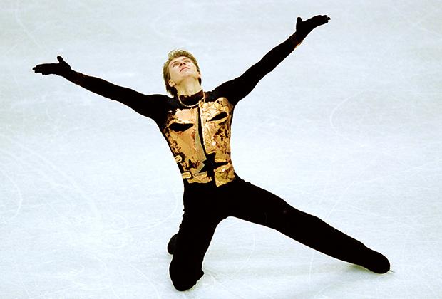 Выступления Алексея Ягудина в сезоне 2001/2002 навсегда вошли в историю спорта, его программы стали культовыми, а черно-белый и черно-золотый костюмы известны каждому любителю фигурного катания.