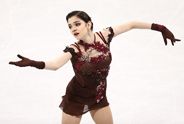 Доминировавшая несколько сезонов перед играми в Южной Корее Евгения Медведева не только уступила Алине Загитовой по баллам, даже костюм Жени был менее ярким, хотя декора и элементов в нем было куда больше.