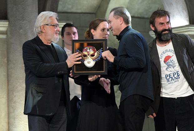 Режиссеры Лев Додин и Виктор Рыжаков (слева направо), получивший приз в номинации «Драма/спектакль большой формы» за спектакль «Оптимистическая трагедия»
