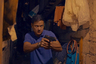 Если бы кто-то задался целью найти в современном мировом кино ближайший по силе воздействия и поэтике работы с насилием в кадре аналог режиссуры покойного Алексея Балабанова, то он не смог бы обойтись без упоминания филиппинского режиссера Брийанте Мендосы, стабильно перемалывающего актуальные реалии жизни родной страны в кино жесткое, хлесткое и парадоксально уязвимое. В этом смысле «Альфа», триллер о том гордиевом узле, которым связаны полиция и наркотрафик (и о случайных жертвах этого жуткого единства), выступает лучшей пока в кино иллюстрацией эффектов бесчеловечной наркополитики, введенной на Филиппинах действующим президентом-популистом Дутерте.