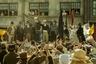 27 августа 1819 года мирная демонстрация манчестерских ткачей, пекарей, прачек и просто безработных оказалась — по воле циников из муниципалитета, скорых на расправу ополченцев и не просчитавших последствия митинга его организаторов — потоплена в крови так безжалостно, что по аналогии с Ватерлоо стала известна, как Петерлоо. Двести лет спустя классик британского кино Майк Ли снял историю этой резни в обманчиво классицистской форме эпического костюмного полотна — обманчивой, потому что за этим тяжелым, тягучим рассказом кроется вечно актуальная правда о том, что механику политических трагедий раскручивает маховик официального публичного языка, посредством которого простым народом манипулируют как власть, так и оппозиция.