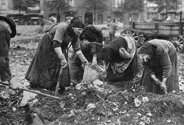 Немки копаются в мусоре в поисках еды, 1918 год