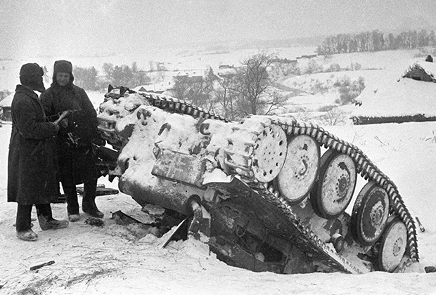 Выведенный из строя немецкий танк под Москвой