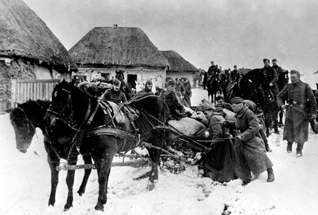 Немецкие солдаты вывозят продовольствие, реквизированное у местного населения