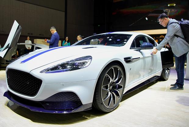 """Rapid E стал первым электрокаром в линейке Aston Martin, которая, по плану компании, к 2025 году <a href=""""https://www.ft.com/content/6fb99586-8b73-11e7-9084-d0c17942ba93"""" target=""""_blank"""">должна</a> состоять только из гибридов и электромобилей. Модель разгоняется с нуля до 100 километров в час за четыре секунды. Максимальная скорость составит 250 километров в час. <br></br> Без подзарядки Rapid E способен преодолеть 320 километров. Стоимость электрокара пока не раскрывается. Aston Martin — легендарный автомобиль агента MI6 Джеймса Бонд. Rapid E не станет исключением — за его руль агент 007 <a href=""""https://www.thesun.co.uk/tvandshowbiz/8621426/james-bond-aston-martin-rapide-e/"""" target=""""_blank"""">пересядет</a> в 25-м фильме о Джеймсе Бонде, который выйдет в 2020 году."""