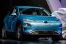 """Свой электрический внедорожник компания Hyundai представила в 2018 году. Его разработали специально для Европы. Автомобиль базовой версии <a href=""""https://www.hyundai.lv/ru/%D0%BC%D0%BE%D0%B4%D0%B5%D0%BB%D0%B8/kona-electric/"""" target=""""_blank"""">разгоняется</a> до 100 километров в час за 9,3 секунды и преодолевает без подзарядки 300 километров. <br></br> Топовая версия быстрее и выносливее — разгон до 100 километров происходит за 7,6 секунды, двигаться без подзарядки электрокар может 470 километров. Максимальная скорость обеих версий — 167 километров в час. На специальных станциях автомобиль можно зарядить за 54 минуты до состояния 80 процентов. На полную зарядку в домашних условиях уйдет девять с половиной часов."""