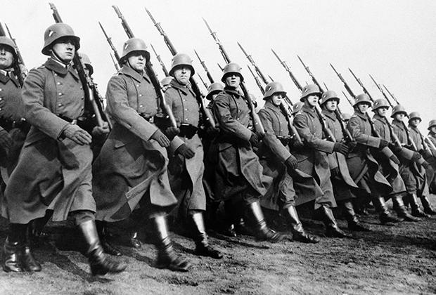 Немецкие солдаты в Берлине на параде в честь нового начальника штаба армии генерала Ф. фон Фрича. 6 марта 1934 года