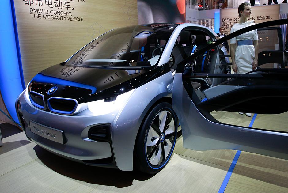 """Немецкий производитель автомобилей BMW начал выпускать компактный электрокар BMW i3 в 2013 году и добилась большого успеха — в период с 2014-2016 года модель <a href=""""https://www.hybridcars.com/tesla-model-s-is-worlds-best-selling-plug-in-car-for-second-year-in-a-row/"""" target=""""_blank"""">вошла</a> в тройку самых продаваемых электрокаров в мире. <br></br> В 2017 году компания <a href=""""https://www.bmw.ru/ru/all-models/bmw-i/i3/2017/at-a-glance.html"""" target=""""_blank"""">представила</a> обновленную модель — до 100 километров в час она разгоняется за 7,3 секунды и может проехать 260 километров на одном заряде. Быстрая подзарядка займет 54 минуты (батарея зарядится на 80 процентов), в домашних условиях для зарядки такого же уровня придется ждать три часа."""