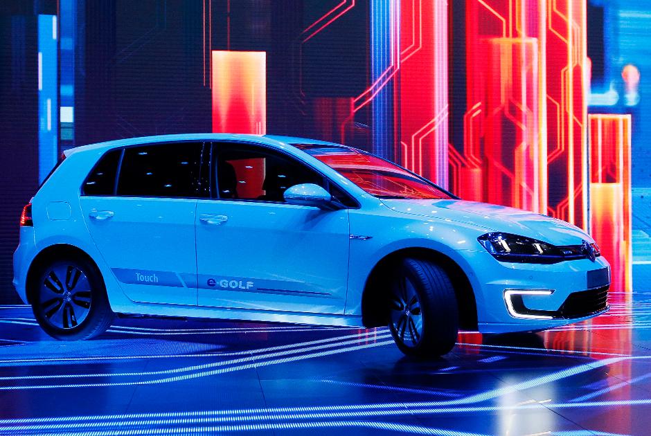 """Другой электрокар Volkswagen — модель e-Golf — также был представлен в 2013 году, а затем обновлен в 2017-м. E-Golf — это серийный автомобиль с хэтчбеком, ориентированный на массовый рынок.  <br></br> Машина <a href=""""https://olmaks.ua/volkswagen-e-golf/"""" target=""""_blank"""">разгоняется</a> с нуля до «сотни» за 9,6 секунды и развивает скорость до 150 километров в час. Максимальная дистанция без подзарядки — 300 километров. На станции быстрой зарядки автомобиль можно зарядить до 80 процентов за час, а через обычную розетку — до 100 процентов за шесть часов."""