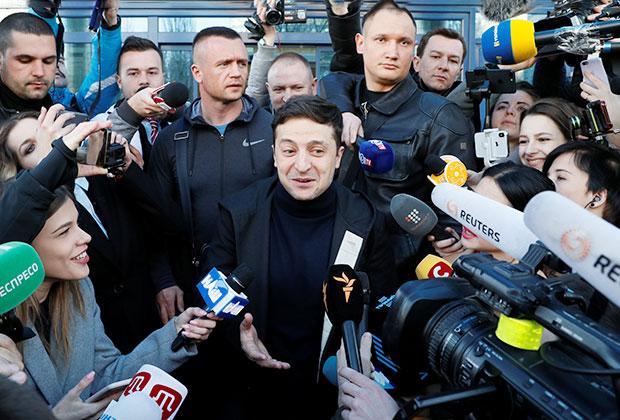 Кандидат в президенты Украины Владимир Зеленский общается с журналистами перед сдачей крови на алкоголь и наркотики