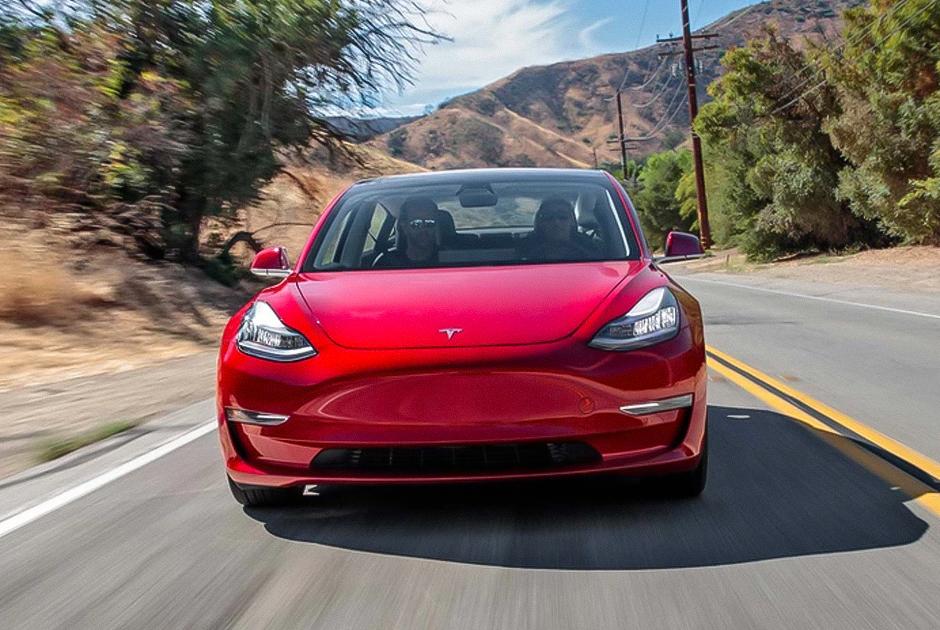 """Электрический пятиместный седан производства Tesla был представлен в 2016 году. Этот автомобиль в базовой версии <a href=""""https://autorambler.ru/novosti/tesla-nakonec-rassekretila-samuyu-deshevuyu-versiyu-model-3-01-03-2019.htm"""" target=""""_blank"""">имеет</a> запас хода в 350 километров, может развить скорость до 209 километров в час и разогнаться до сотни за 5,6 секунды.  <br></br> Продвинутая версия Model 3 имеет увеличенный запас хода — 385 километров. В 2018 году этот автомобиль возглавил рейтинг самых продаваемых автомобилей премиум-класса в США. В 2019-м она начала уверенно завоевывать европейский рынок — спустя месяц после старта продаж Model 3 <a href=""""https://www.fontanka.ru/2019/03/27/122/"""" target=""""_blank"""">стала</a> самым продаваемым электромобилем Европы."""