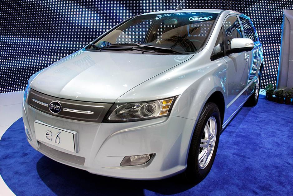 """Китай — один из будущих лидеров рынка электрокаров. Страна лидирует в мире по количеству выбросов углеводородов, и за счет, в частности, электрических автомобилей намеревается снизить негативное влияние на окружающую среду. <br></br> Так, популярность получил китайский автомобиль BYD E6 — этот хэтчбек <a href=""""https://electricmotorsclub.ru/catalog/byd/byd-e6_412/"""" target=""""_blank"""">имеет</a> запас хода 300 километров и развивает скорость до 140 километров в час. Разгон до «сотни» займет у него восемь секунд."""