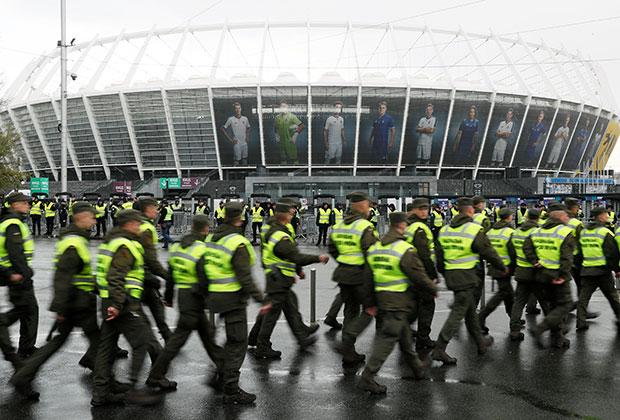 Национальная гвардия Украины у стадиона «Олимпийский» в Киеве, где пройдут дебаты Порошенко и Зеленского