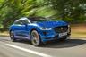 """Электрокар премиум-класса Jaguar I-Pace признан лучшим электромобилем 2018 года. В апреле он <a href=""""https://www.kommersant.ru/doc/3947100"""" target=""""_blank"""">выиграл</a> Гран-при World Car of the Year и получил призы еще в нескольких номинациях — за лучший дизайн и как самый экологичный автомобиль. <br></br> Jaguar I-Pace <a href=""""https://www.jaguar.ru/jaguar-range/i-pace/index.html"""" target=""""_blank"""">обладает</a> солидным запасом хода — 470 километров и развивает скорость до 100 километров в час менее чем за пять секунд. На зарядку электрокара до 80 процентов уходит 10 часов. Однако при наличии быстрой зарядки можно управиться всего за 40 минут."""