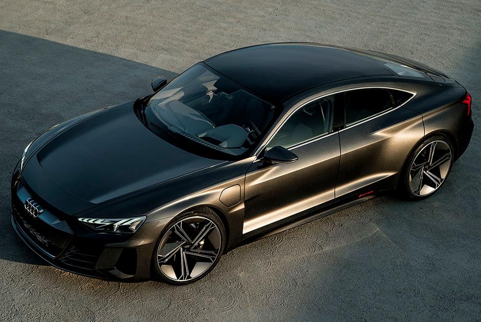 """В ноябре 2018 года немецкая Audi <a href=""""https://www.drive.ru/news/audi/5bfeb8a6ec05c4b571000037.html"""" target=""""_blank"""">представила</a> новый электрокар — модель e-tron GT. Мощный автомобиль разгоняется с нуля до 100 километров всего за 3,5 секунды, до двухсот километров — за 12 с небольшим.  <br></br> Максимальная скорость — 240 километров в час, а максимальное расстояние без подзарядки — 400 километров. Компания намеревается наладить серийное производство этой модели до конца 2020 года."""