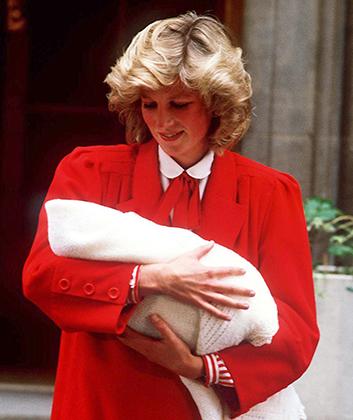 Принцесса Диана с новорожденным принцем Гарри у больницы