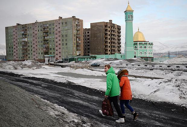 Жители Норильска на набережной Урванцева. На втором плане — мечеть Нурд Камал