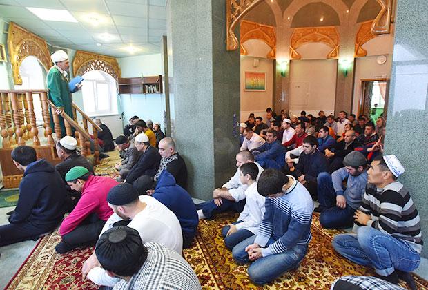 Мусульмане во время праздника Курбан-байрам в Норильске