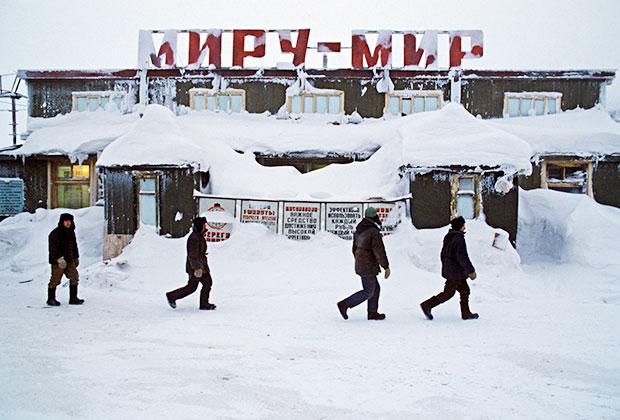 Первые бараки, где жили заключенные, которые строили город Норильск, 1994 год