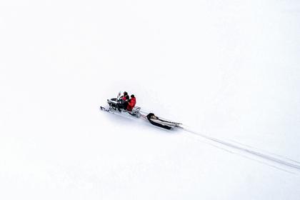 Россиянам пришлось перевозить труп родственника на снегоходе