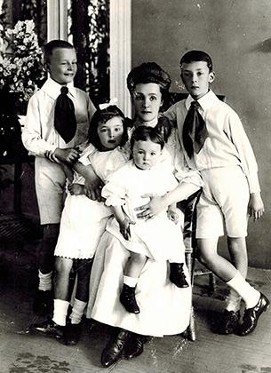 Елена Ивановна Набокова с детьми