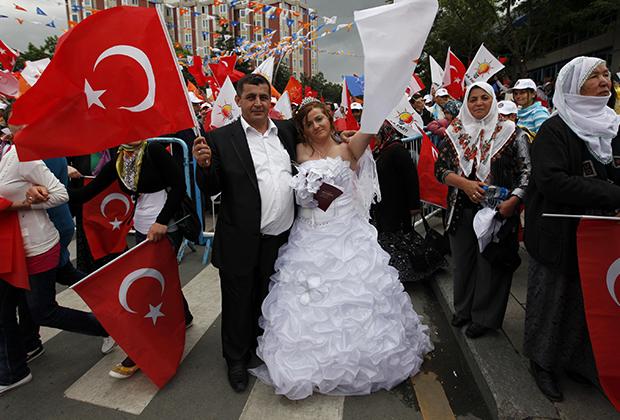 Многие турки все же предпочитают европейские свадебные платья. Например, эта пара пришла поддержать партию премьер-министра страны Реджепа Тайипа Эрдогана.