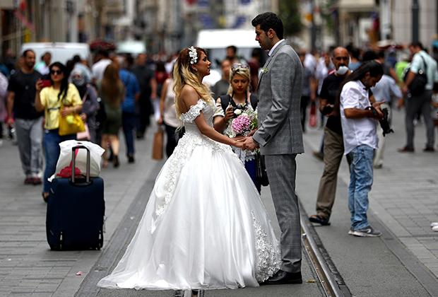 Бракосочетания часто проходят согласно европейским традициям. Практикуются и выездные церемонии.