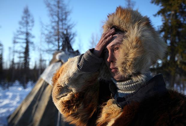 Оленевод-кочевник из рода Сычегир Евгений у чума на зимнем стойбище недалеко от реки Тетея в Катангском районе Иркутской области, 2012 год