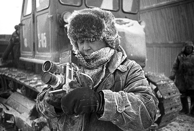 Фотокорреспондент редакции «Совьет лайф»  Агентства печати «Новости» Всеволод Тарасевич готовит фоторепортаж, 1966 год