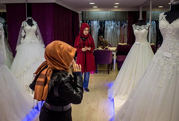 Многие турчанки в районе Фатих по-прежнему выбирают традиционные наряды, несмотря на то, что потребление люксовых товаров и одежды европейских брендов постоянно растет.